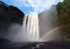Водопад Skogafoss с радугой стоковое изображение rf