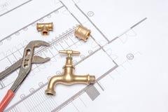 Водопроводчик и ключ плана Стоковые Фотографии RF
