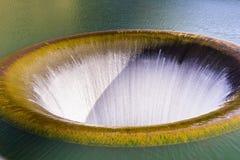 Водосброс отверстия славы на запруде Monticello бежать снова весной 2017 после сезона с огромными осадками, озером Berryessa, стоковое фото