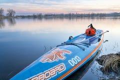 Водоустойчивый duffel дальше стоит вверх paddleboard Стоковые Изображения