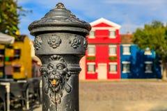 Водяная помпа и красочные дома в острове Burano около Венеции Ital стоковые изображения rf