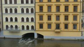Водяной канал под зданием видеоматериал