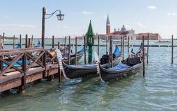 Водяные каналы города Венеции Гондолы автостоянки около ` s St Mark придают квадратную форму на грандиозном канале в Венеции, Ита Стоковые Изображения