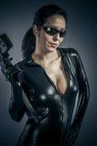 Воевать, женщина сексуальной девушки воинская представляя с оружи. стоковое фото