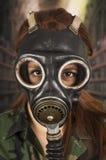 Военная форма и маска противогаза маленькой девочки нося Стоковое фото RF