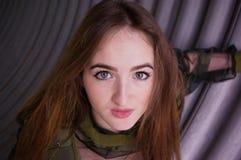 Военная форма маленькой девочки нося Стоковая Фотография RF