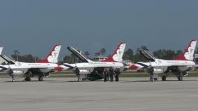 Военновоздушная сила США Thinderbirds подготавливает для полета видеоматериал
