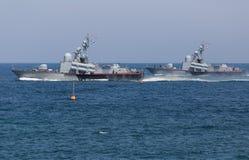 2 военного корабля плавая в море Стоковые Фото
