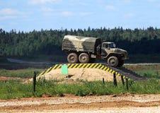 Военное транспортное средство на военном лагере иллюстрация вектора