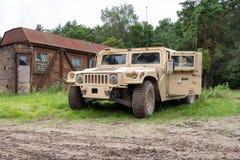 Военное транспортное средство стоит на зеленой местности Стоковое Фото