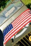 Военное транспортное средство Ww2 с американским флагом Стоковая Фотография