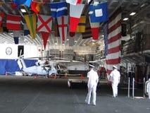 Военноморские офицеры держат открытую дом Стоковые Фото