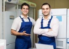2 военнослужащего усмехаясь на магазине Стоковая Фотография RF