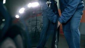 Военнослужащий нажимая автомобиль к его рабочему месту акции видеоматериалы