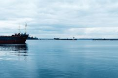 Военные корабли стоят в заливе Россия, Kronstadt стоковые изображения
