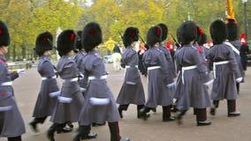 Военные оркестры на церемонии изменять предохранители на дворце Backingham в Лондоне видеоматериал