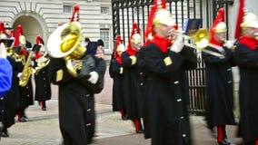 Военные оркестры на церемонии изменять предохранители на дворце Backingham в Лондоне акции видеоматериалы