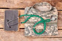 Военные пожитки сотрудника военно-медицинской службы, плоское положение стоковые фотографии rf