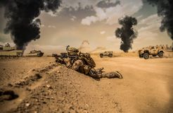Военные солдаты в разрушенном городе в заходе солнца стоковая фотография rf