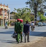 Военные студенты идя на улицу стоковое изображение rf