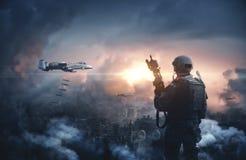 Военный вертолет между дымом и огнем стоковая фотография rf