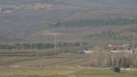 Военный вертолет русской военновоздушной силы принимает против фона гор северного Кавказ видеоматериал
