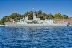 Военный корабль в гавани Сиднея стоковая фотография rf