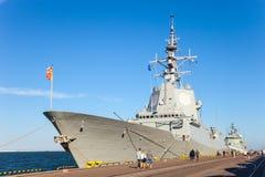 Военный корабль в порте стоковое изображение