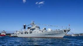 Военный корабль китайца DDG 113 Qingdao приезжает гавань Сиднея для участвовать в международном обзоре Сиднее 2013 флота Стоковые Изображения RF