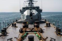 ВОЕННЫЙ КОРАБЛЬ - Патруль корабля в море r стоковое изображение rf