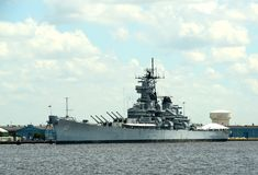 Военный корабль поставленный на якорь на гавани стоковые фото