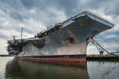 Военный корабль авианосца США Navi в порте Стоковое Фото