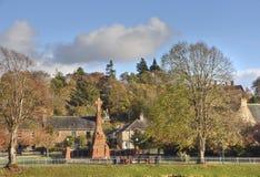 Военный мемориал и сады шотландского города гористой местности стоковые фотографии rf