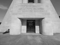 Военный мемориал Monumento ai Caduti в Como в черно-белом Стоковые Изображения