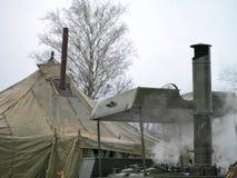 Военный обедающий для солдат в зиме маршируя кухня металла с древесиной и шатром топлива стоковое изображение