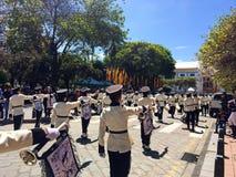 Военный оркестр в улицах Cuenca, эквадора стоковое изображение rf