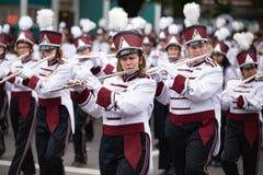 Военный оркестр идя вниз с улицы играя каннелюры стоковая фотография rf