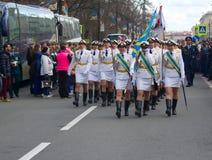 Военный парад и девушки как члены вооруженных сил страны и полиции Стоковая Фотография