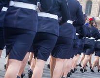 Военный парад и девушки как члены вооруженных сил страны и полиции Стоковые Изображения
