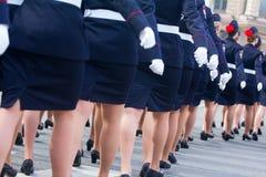 Военный парад и девушки как члены вооруженных сил страны и полиции Стоковое Фото