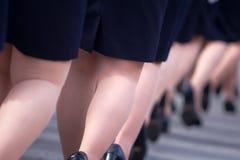 Военный парад и девушки как члены вооруженных сил страны и полиции Стоковое Изображение