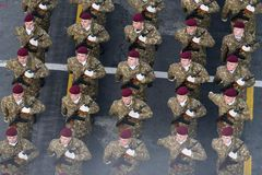 Военный парад празднуя национальный праздник Румынии стоковая фотография