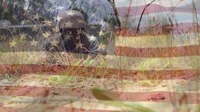 Военный с вползать оружия и американский флагом сток-видео