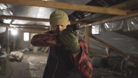 Военный с оружием и делает различный вид стороны акции видеоматериалы