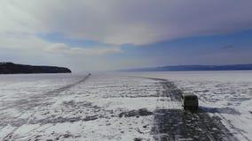 Вождение автомобиля на дороге льда Lake Baikal сток-видео