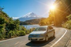 Вождение автомобиля около Mt Фудзи в Японии с нерезкостью движения стоковое фото rf