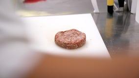Вождь в ресторане соля мясо бургера сток-видео