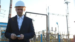 Вождь инженера подсчитывает доллары денег против электростанции сток-видео