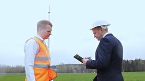 Вождь, контролер подписывает документы которые работник приносит ему, 2 люд, башня телефона, связь акции видеоматериалы