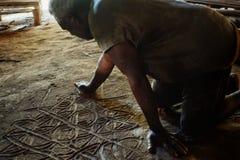вождь племени описывает их историю чертежом песка в одном из mos стоковое изображение rf